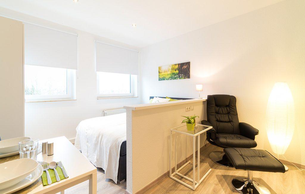 Schlafraum und Relaxsessel | Classic Boarding Apartment Waldstadt Immobilien Halle Saale Peißen