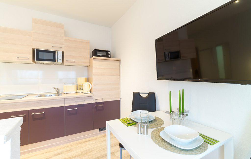 Küchenzeile und Essbereich | Classic Boarding Apartment Waldstadt Immobilien Halle Saale Peißen