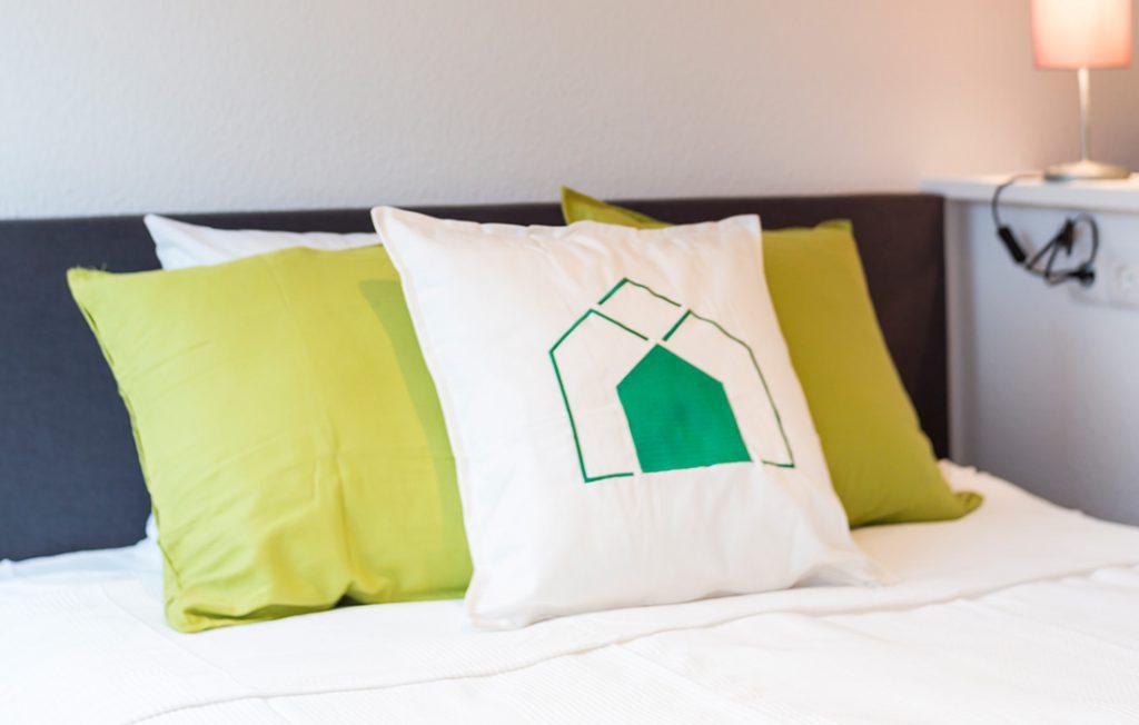 breites Bett | Classic Boarding Apartment Waldstadt Immobilien Halle Saale Peißen