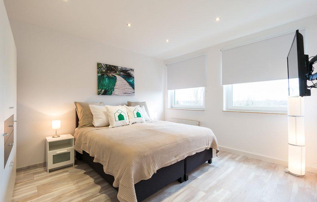 Schlafzimmer mit 1,80m Boxspringbett | Superior Boarding Apartment Waldstadt Immobilien Halle Saale Peißen