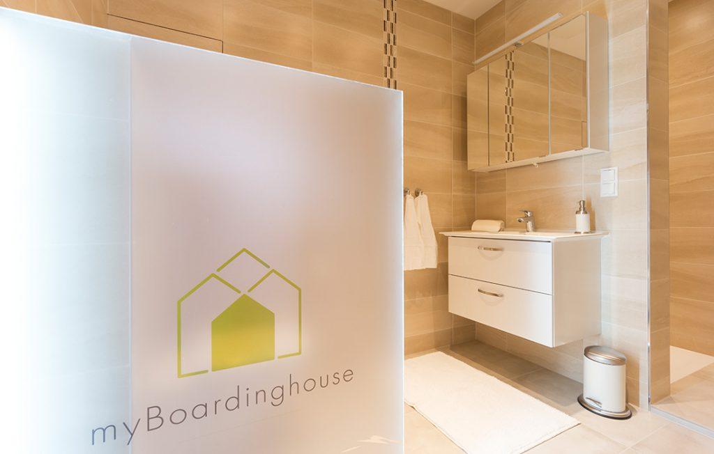 Badezimmer mit ebenerdiger Dusche | Superior Boarding Apartment Waldstadt Immobilien Halle Saale Peißen