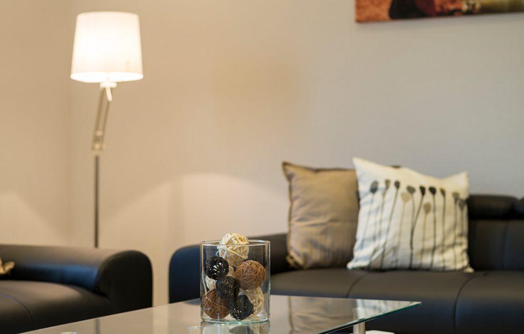 Lampe und Dekoration im Wohnbereich | Superior Boarding Apartment Waldstadt Immobilien Halle Saale Peißen